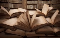 Book with turning pages (Abogados de crímenes)